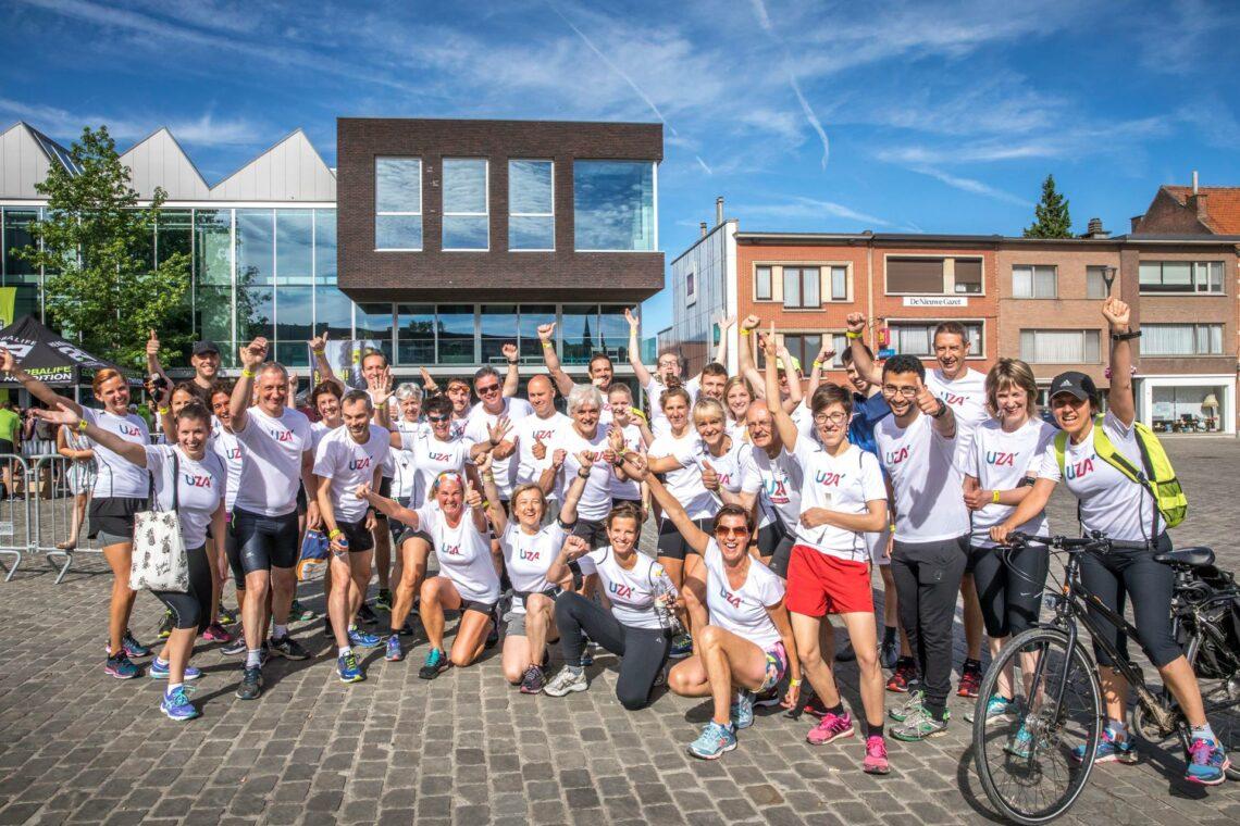 Samen sporten geeft energie! 55 UZA medewerkers liepen de E!-trail, een 10 km loop doorheen Edegemse parken, straten en gebouwen – inclusief het UZA. (2017)