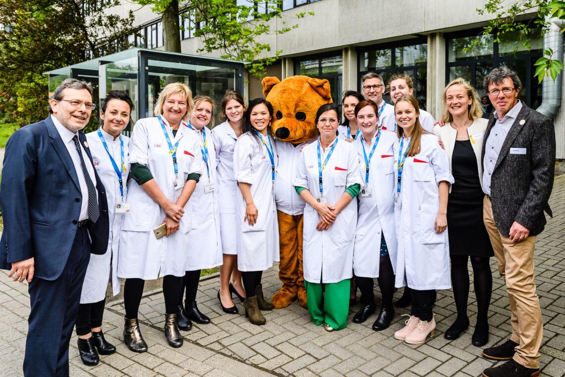 Collega's van het Centrum voor Celtherapie en Regeneratieve Geneeskunde (CCRG) vieren samen met koning Filip 30 jaar Kom op tegen Kanker. (2019)