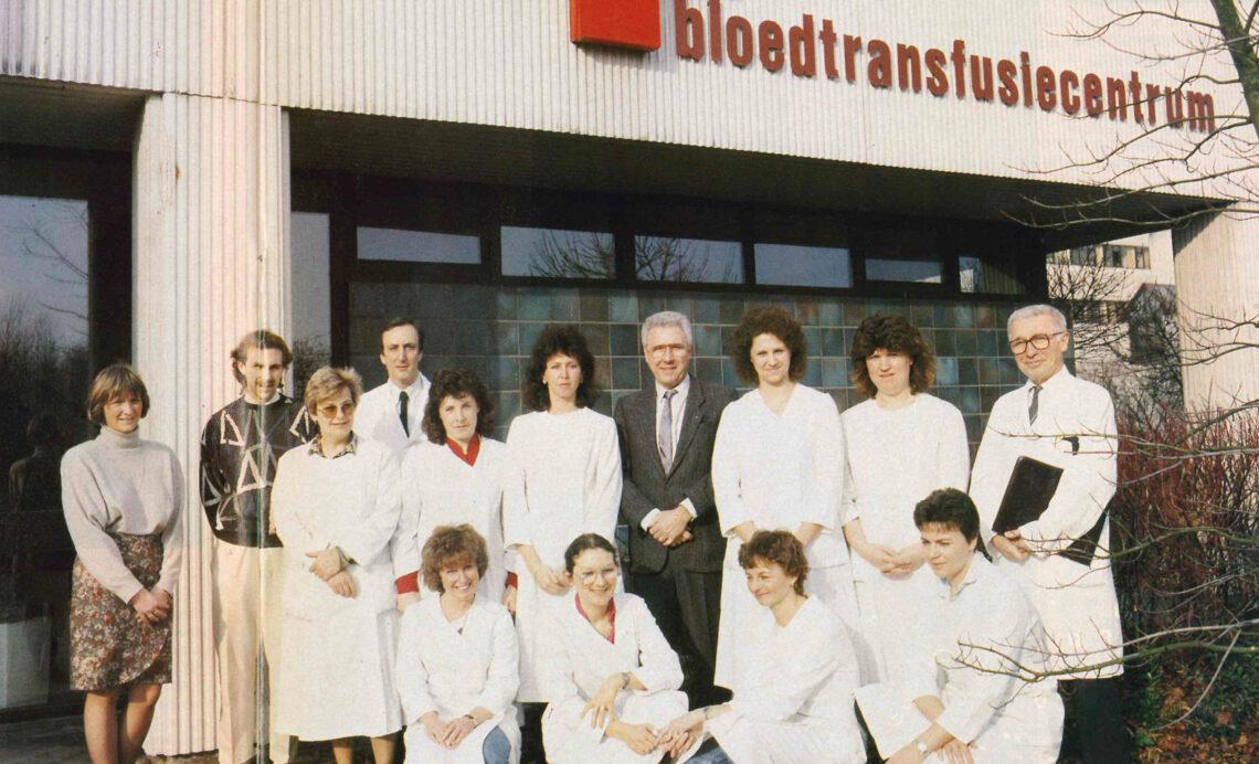 Team van het bloedtransfusiecentrum (1989) Met de opening van het UZA opent net voorbij de huidige spoedgevallendienst ook het bloedtransfusiecentrum van het Rode Kruis.